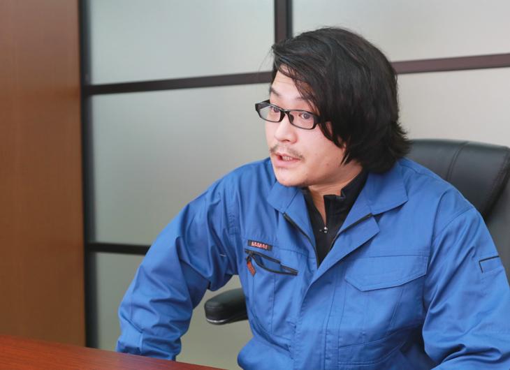 インタビュー中の松土洋平さん