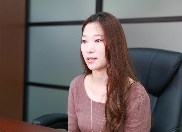 インタビュー中の小林真弓さん