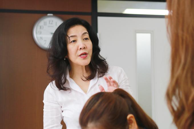 仕事の指示を出す川村美香さん