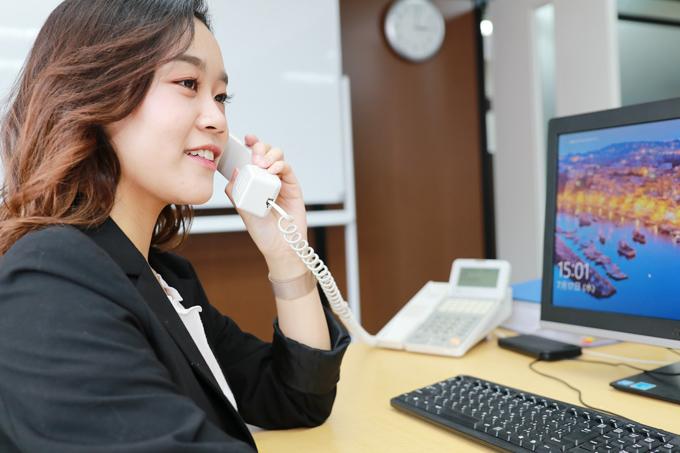 電話中の佐々木 明美さん