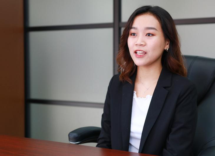 インタビュー中の佐々木 明美さん